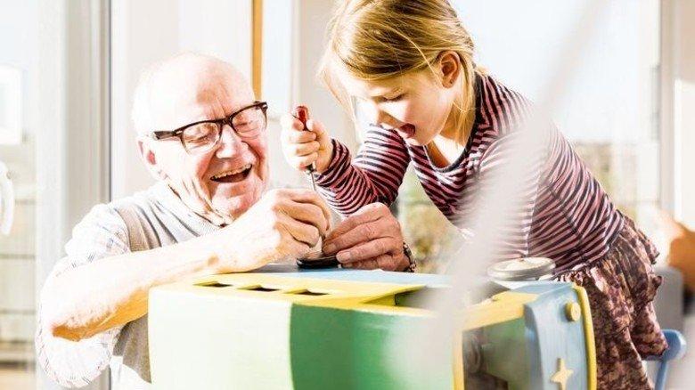 Jung und Alt: Nur gemeinsam können sie den demografischen Wandel meistern. Foto: Mauritius