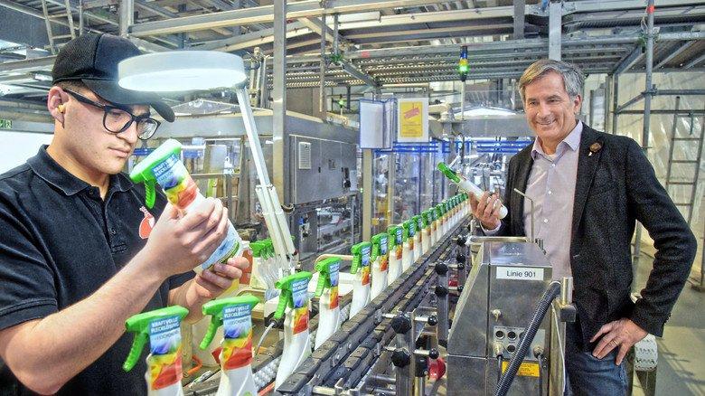 Prüfender Blick: Giuseppe Romano und Recycling-Experte Timothy Glaz (von links) an einer Verpackungslinie bei Werner&Mertz.