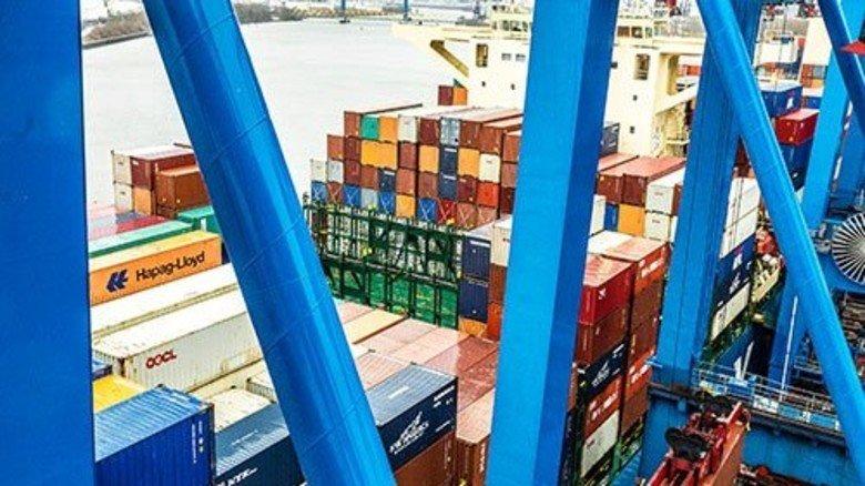 Stapelweise: Auf dieses Schiff passen bis zu 13.000 Container. Foto: Roth