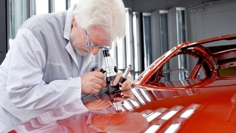 Prüfung des Lacks: Mit einem Handmikroskop kann Klaus Steinbrücker den betroffenen Bereich 60-fach vergrößern. Foto: Bahlo
