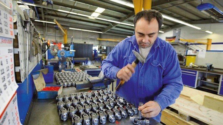 Handarbeit: Wladimir Mayer montiert Gelenkköpfe, die später an einer Welle fixiert werden. Foto: Augustin
