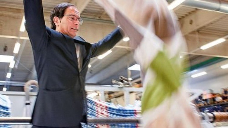 Produktion in Westfalen: Firmenchef Jan-Frederic Bierbaum zeigt einen Deckenbezug mit automatisch eingenähtem Reißverschluss. Foto: ZiTex