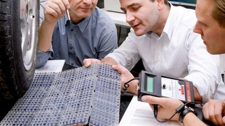 Rutschfest und bruchsicher: Ein Solarzellenmuster für die Straße wird von Forschern begutachtet. Foto: Winandy