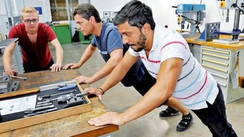 Vorturner: Halil Akkaya (mit gestreiftem Oberteil) leitet die Übungen im Werkzeugbau … Foto: Sigwart