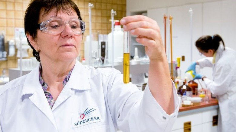 Zwischenprodukt: Laborantin Helene Vossler begutachtet den Zuckersaft. Foto: Straßmeier