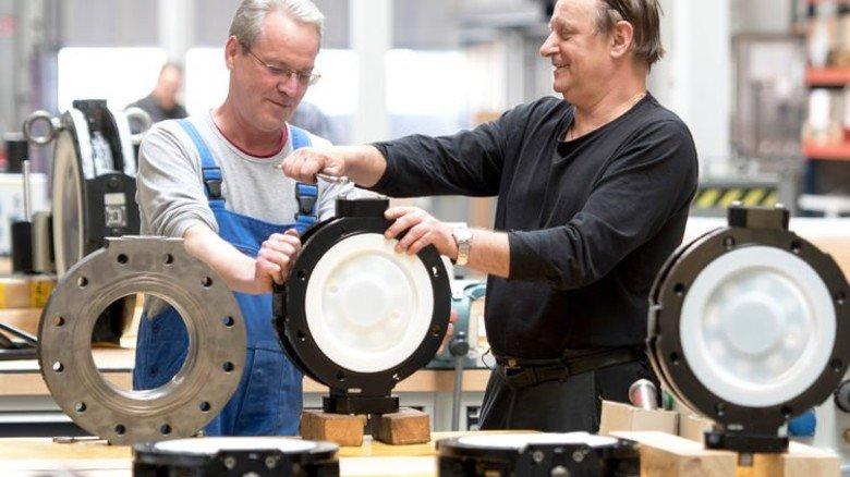 In der Pfeiffer-Fertigung: Wolfgang Peters und Czeslaw Pietracz montieren Klappen. Foto: Moll