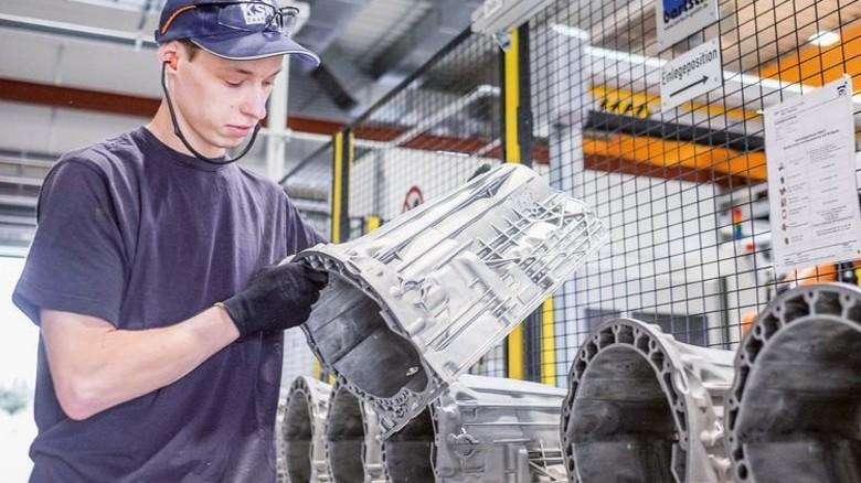 Qualitätskontrolle: KSM Castings fertigt vor allem Teile für die Auto-Industrie. Foto: Heidrich