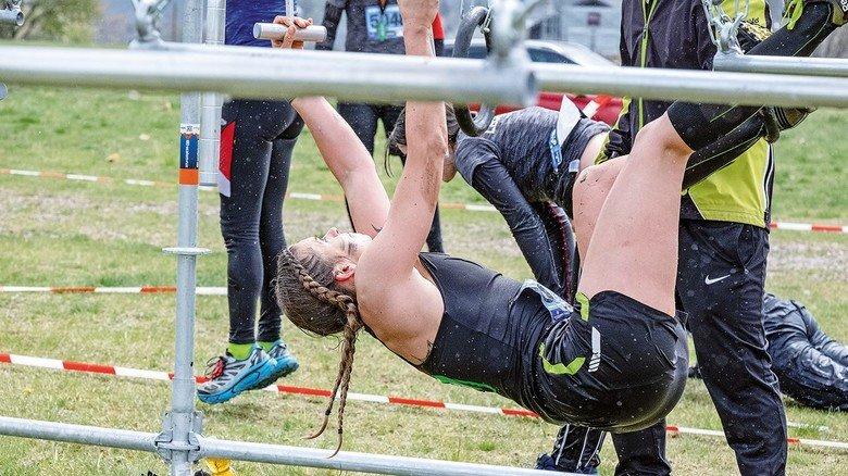 Extremlaufevent Suzuki Lake Run iin Winterberg: Ingenieurin Silke Tammert beim Klettern. Der Wettkampf erfordert neben Kondition auch Kraft.