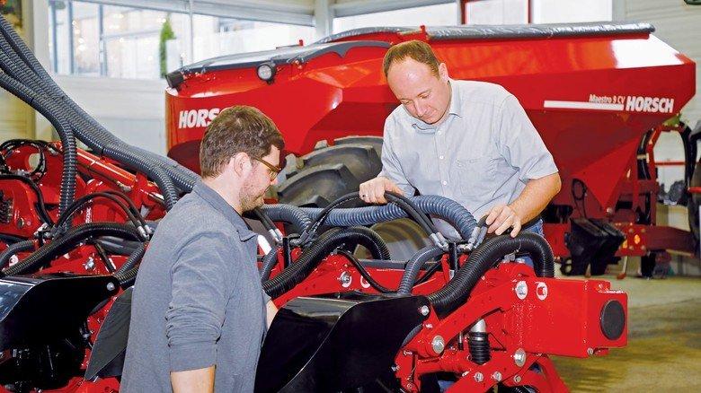 Neues Modell: Thomas Murr (links) und sein Vorgesetzter Michael Braun begutachten das modernisierte Gerät.