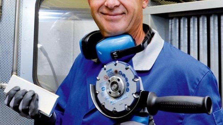 Novum: Michael Wagner mit dem Alumaster, der neue Maßstäbe setzt. Foto: Wirtz