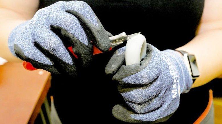Abmanteln eines Kabels: Nur mit Handschuhen! Foto: Mierendorf