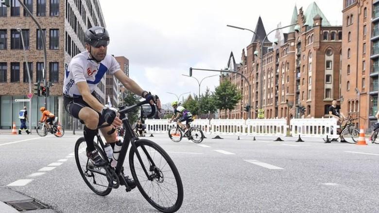 Malte Schön absolvierte die 180 Kilometer lange Radstrecke durch Hamburg in rund sechs Stunden – sein Durchschnittstempo lag bei ca. 30 Stundenkilometern. Foto: Christian Augustin