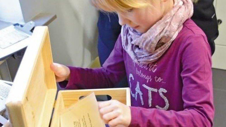 Stöbern in Kisten: Im Direktorenhaus kann man sich so über die Geschichte der Hütte schlaumachen. Foto: LVR-Industriemuseum