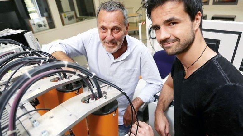 47 Jahre Altersunterschied: Klaus Palm und Gunnar Barke arbeiten als Team an einer Ultraschallmessanlage. Foto: Gossmann