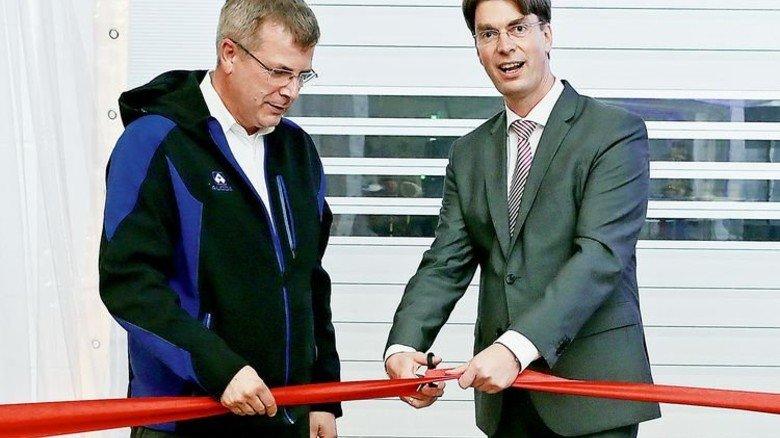 Eröffnet: Hildesheims Oberbürgermeister Ingo Meyer schneidet das rote Band durch, Geschäftsführer Jens Harde hält es fest. Foto: Gossmann