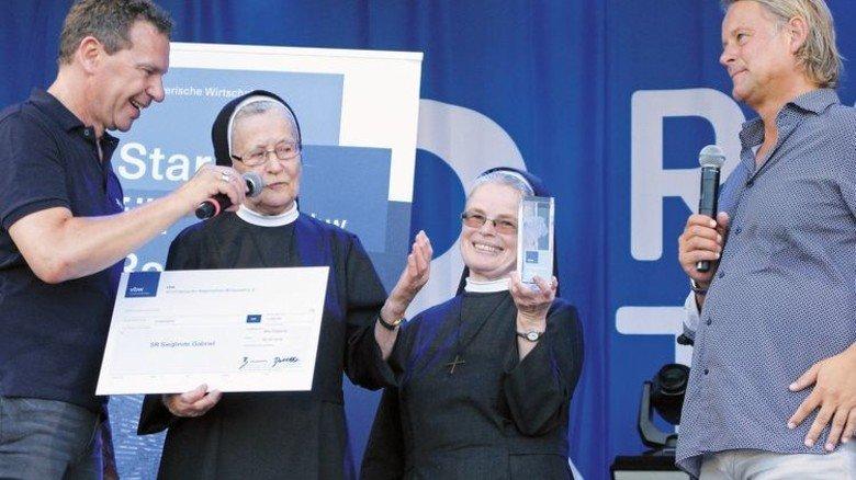 Bad Gögging: Die Schwestern Adele und Elisabeth erhalten stellvertretend den Preis für Schwester Sieglinde Gabriel. Sie betreute als Leiterin des Cabrini-Hauses in Offstetten jahrelang Schwerstbehinderte. Foto: Verband