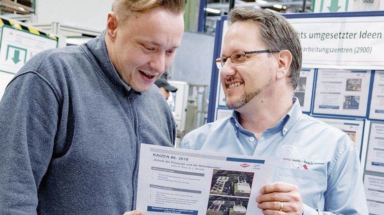 """Manager André Heil (rechts) im Gespräch mit Qualitätsprüfer Jan Kaufmann: """"Wo können wir noch besser werden?"""""""