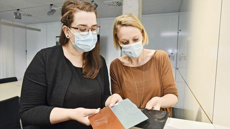 Teamarbeit: Gemeinsam mit Kollgin Nadine Hochlinger werden Lackproben begutachtet