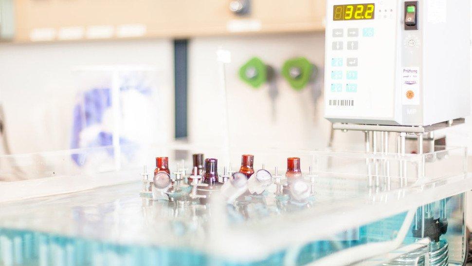 """Beobachten: In den """"Franz-Zellen"""" prüft das Labor, wie gut der Wirkstoff die Hautbarriere überwindet."""