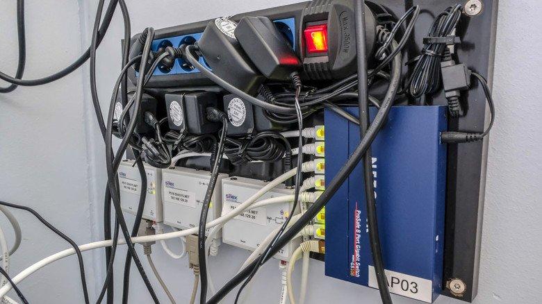 Kabelsalat: Zwei Netzwerksteckdosen pro Raum reichen längst nicht mehr aus.
