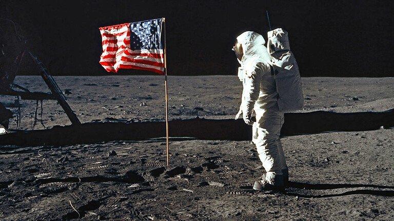 Mann im Mond: Astronaut Buzz Aldrin an der Landestelle von Apollo 11. Das strahlende Rot ihrer Streifen verdankt die US-Flagge dem Farbpigment Aquaprint Scarlet LF von BASF.