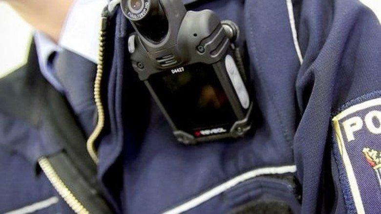"""Achtung, Aufnahme: Polizisten schneiden Einsätze mit der """"Body-Cam"""" mit. Foto: dpa"""