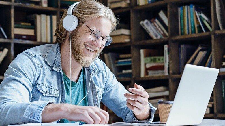 Lernen am Laptop: Macht zeitlich flexibel und steigert die Motivation – gebüffelt wird einfach, wann man Lust und Zeit hat.