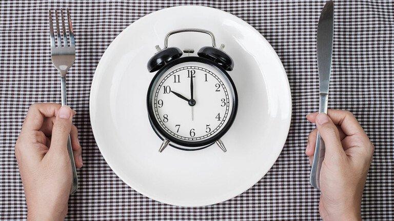 Intervallfasten: Dabei geht es weniger ums Kalorienzählen, sondern darum, bestimmte Zeiten fürs Essen einzuhalten.