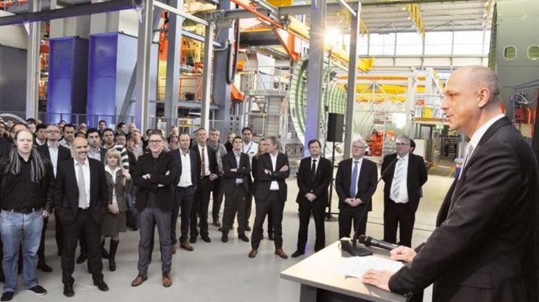 Mehr Platz: PAG-Chef Thomas Ehm (rechts) bei der Übergabe der neuen Räume. Foto: Werk