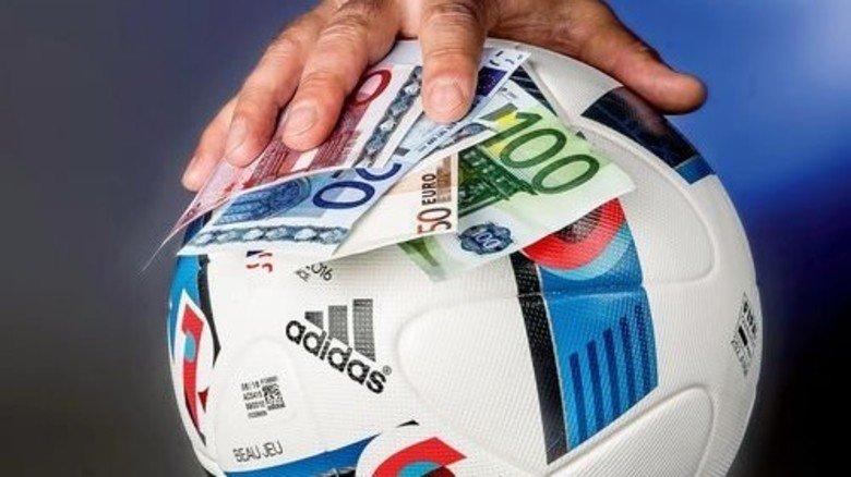 Bares auf Ball: Zur Fußball-EM erwarten Experten stark steigendes Wettfieber. Foto: Roth