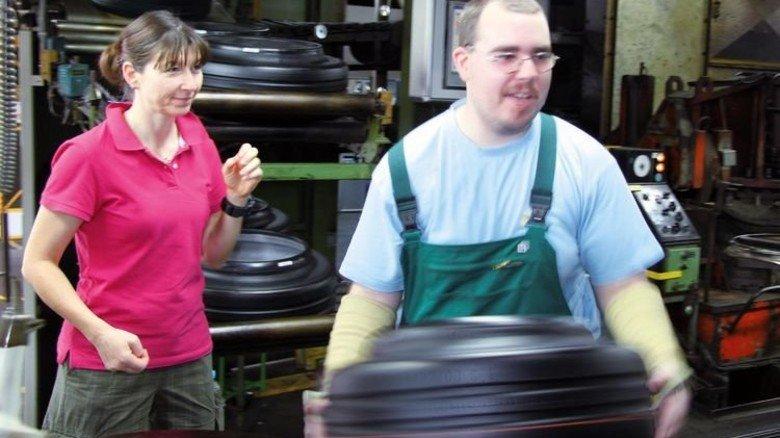 Richtige Haltung: Bei Michelin kommt die Physiotherapeutin in die Reifenproduktion. Foto: Werk
