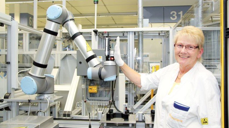 Und stopp: Dank Sensortechnik hält bei Continental der Roboter beim gemeinsamen Arbeiten mit Menschen immer Abstand. Foto: Werk