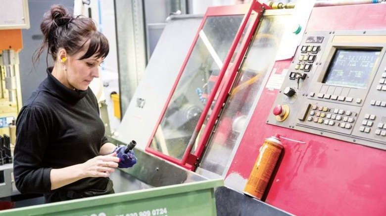 Vorarbeit: Eura Zapala macht eine Drehmaschine startklar. Foto: Herzig