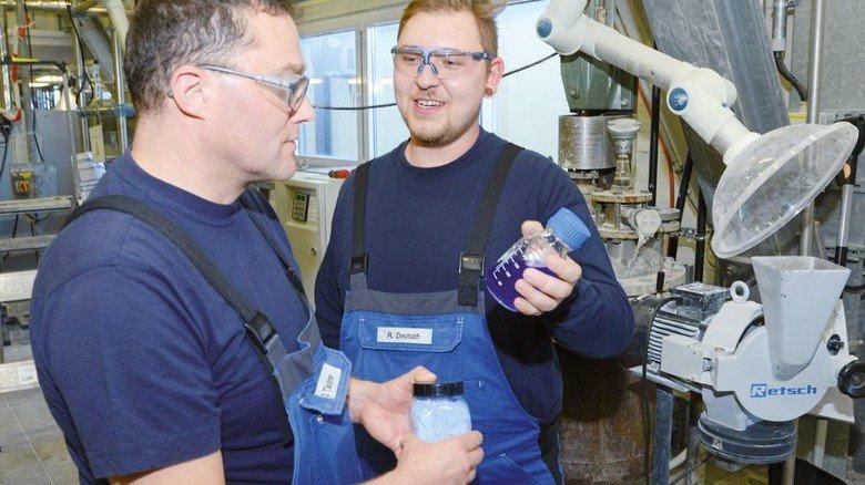 Fachgespräch: Chef Dirk Täschner und Ralf Deutsch (von links) diskutieren, wie sie vorgehen. Foto: Sturm