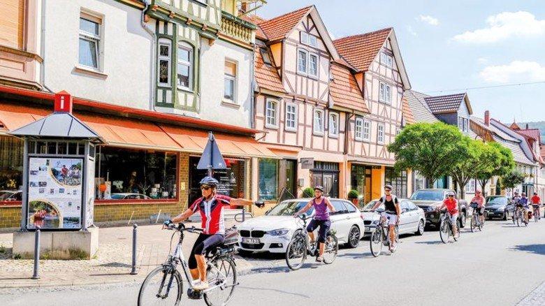 Klingeling! Radtouristen pedalieren durch den historischen Ortskern. Foto: Roth