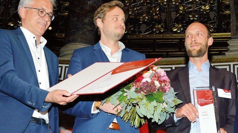 Sieger in der Kategorie Innovation: Wirtschaftsminister Tarek Al-Wazir zeichnet Benjamin Pfitzner und Thomas Schwander (von links) von Air Profile aus Kassel aus. Foto: Scheffler