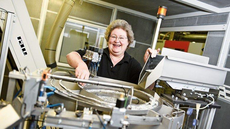 Es läuft rund: Nelli Vollmer arbeitet an einem Automaten für Reihenklemmen. Auch die Daten dieser Anlage sollen künftig von einer Spezialsoftware erfasst werden. Ziel: null Ausfälle.
