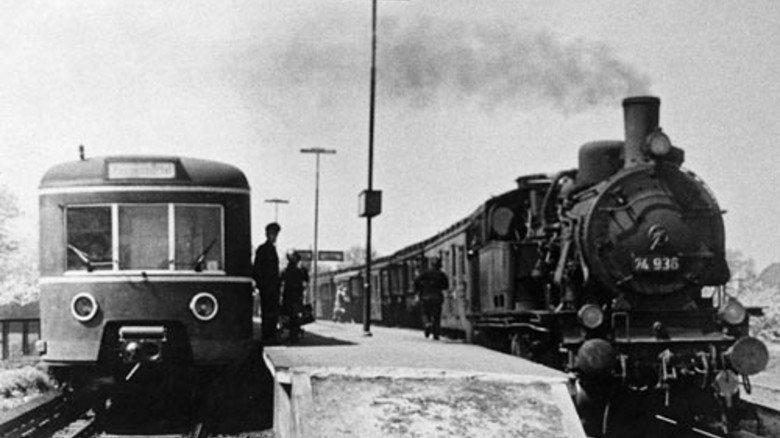 1950: Bei der Deutschen Bundesbahn rollen 14.000 Dampfloks. Ende 1977 wird die letzte aufs Abstellgleis geschoben. Foto: Ullstein