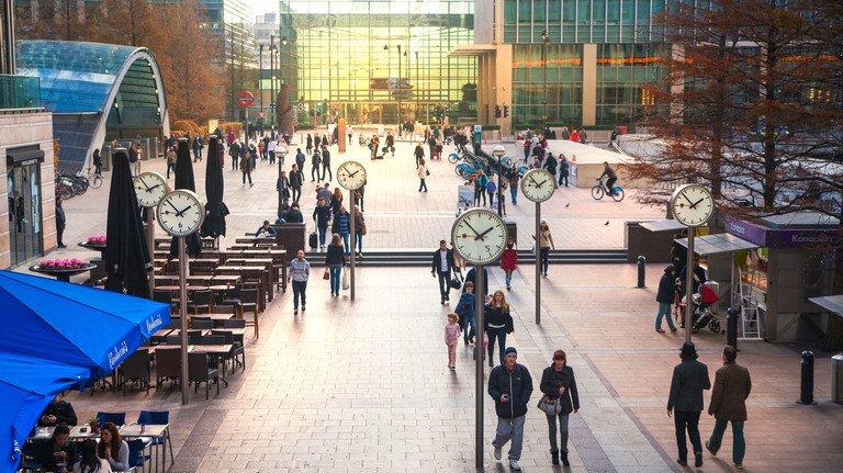 Uhren überall: Die (Arbeits-)Zeit ist im Londoner Geschäftsviertel Canary Wharf nicht zu übersehen ...