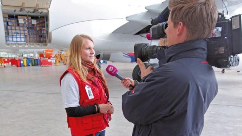Mediensicher: Ein Sender interviewte die junge Ingenieurin vor dem Abflug. Foto: Humedica