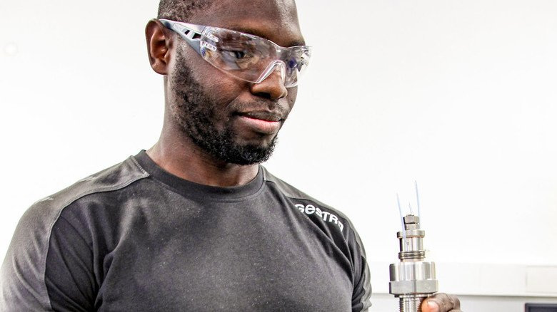 An der Weser heimisch geworden: Abdou Karim Diallo aus Guinea ist seit Ende 2014 in Deutschland und arbeitet heute als Zerspanungsmechaniker beim Bremer Industriearmaturenhersteller Gestra.