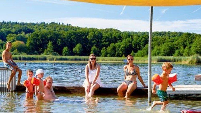 Gut geschützt: Ein Dach über dem flachen Wasser am Zellersee. Foto: Tourist-Information Bad Schussenried