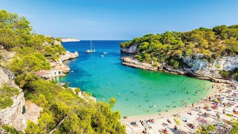Das macht Lust auf Sommer: Die Bucht Cala Llombards auf Mallorca. Foto: Fotolia