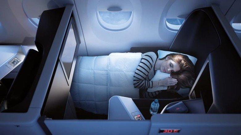 """Ausgeschlafen am Ziel ankommen: Bei Flügen auf längeren Strecken kann man aus der """"Delta One Suite"""" auch eine gemütliche Liege machen. Foto: Werk"""