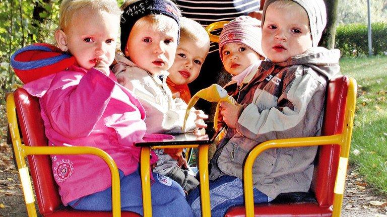 Kleinkinder auf Spazierfahrt: 320.000 Betreuungsplätze fehlen derzeit in Deutschland.
