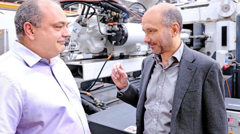 In der Produktion informiert sich der Chef über den Fortschritt bei der nachhaltigen Herstellung.