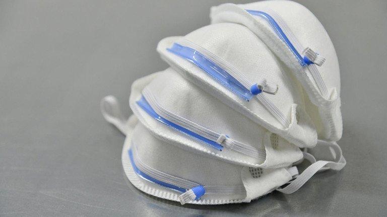 Atemschutzmaske: Aufgrund der hohen Nachfrage sind Fake-Geschäfte mit ihr besonders beliebt. Selbst die Landesregierung NRW ging einem Betrüger in die Falle, als sie Millionen davon online bestellte.