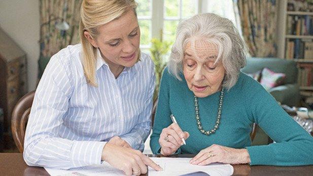 Die Betreuung übernehmen oft Angehörige: Sie können sich mit Vollmachten rechtlich absichern.