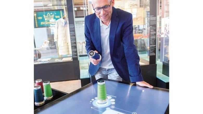 Hermann Stenkamp am Touchscreen: Unternehmer sprechen über den Wandel der Branche. Foto: Straßmeier