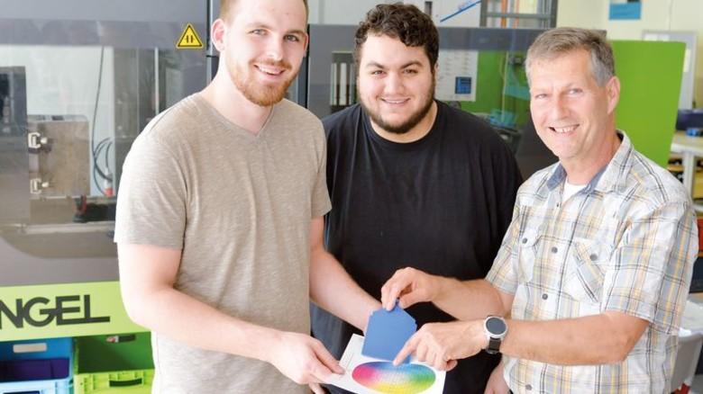 Farbabgleich: Die Azubis Kai Pecher und Ali Akduman mit Studiendirektor Achim Wamser (von links). Foto: Scheffler